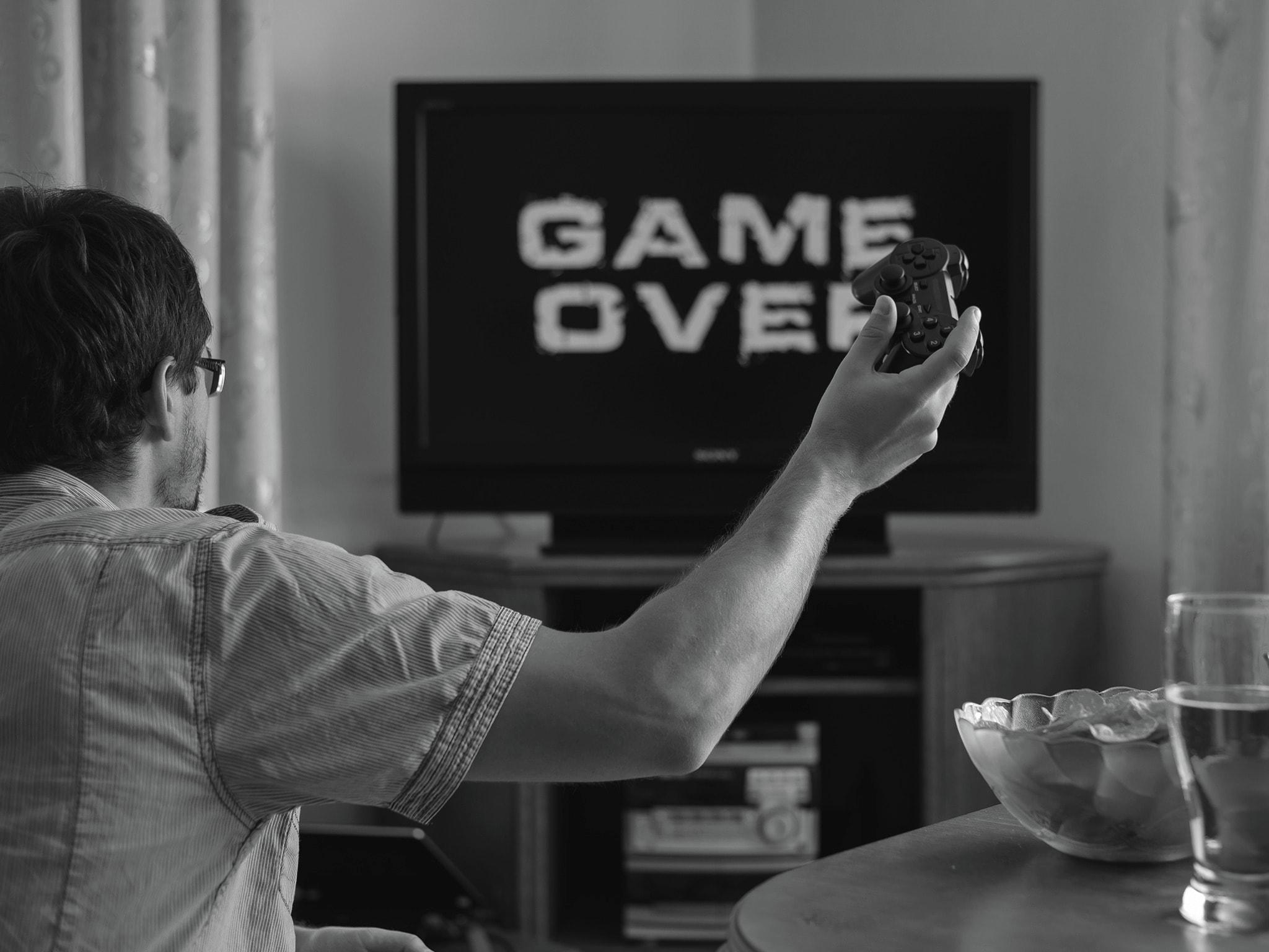 Man_looking_at_gameover_screen